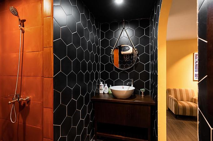 Trong nhà tắm ốp gạch toàn bộ tường, giúp chống ẩm mốc, dễ vệ sinh.