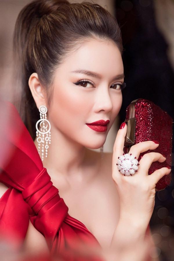 Lý Nhã Kỳ là gương mặt được săn đón trên thảm đỏ cả trong nước lẫn nước ngoài với diện mạo hoàn hảo, trang phục và phụ kiện đắt đỏ.