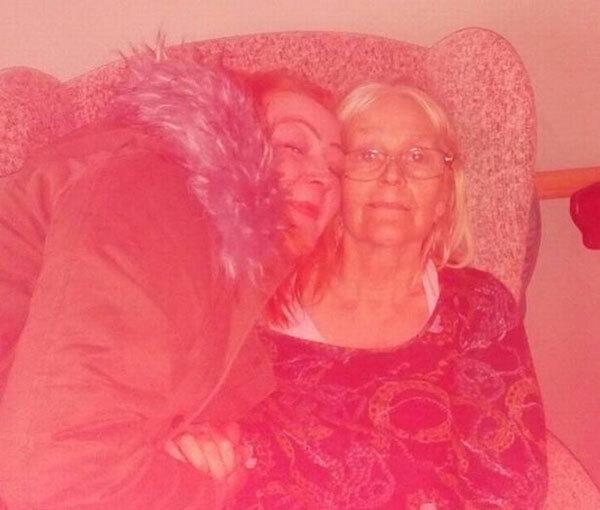 Laura Richarts thăm mẹ ở viện dưỡng lão trước khi Covid-19 tràn vào nước Anh. Ảnh: FB.