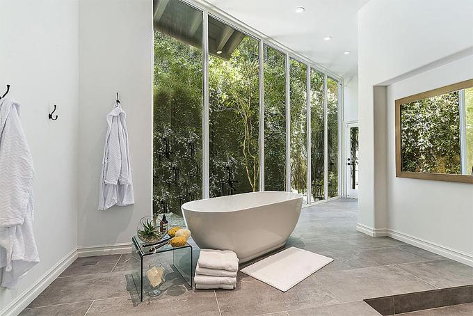 Một trong những phòng tắm rộng rãi đón ánh sáng tự nhiên tràn ngập. Trước khi mua biệt thự này, Selena ở ngôi nhà phong cách bungalow 2,2 triệu USD tại Studio City, Los Angeles. Nữ ca sĩ 27 tuổi từng rất yêu ngôi nhà cũ nhưng quyết định chuyển đi vì muốn có một nơi ở mới rộng và riêng tư hơn.