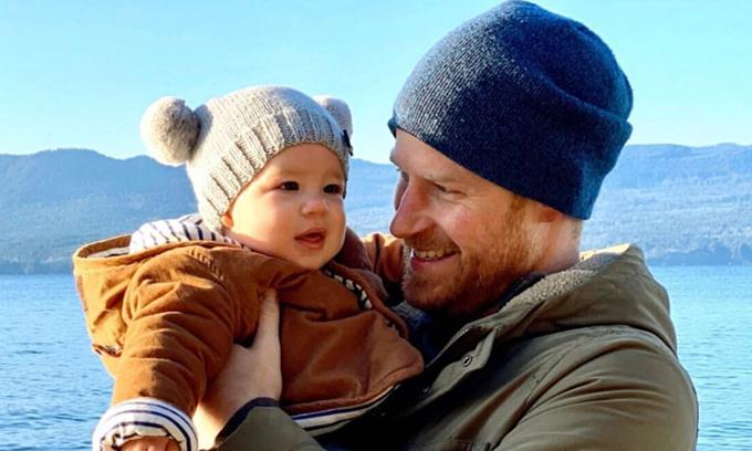 Harry bế con trai Archie được cho là ở đảo Vancouver, Canada hồi tháng 12/2019. Ảnh: Twitter/Sussexroyal.