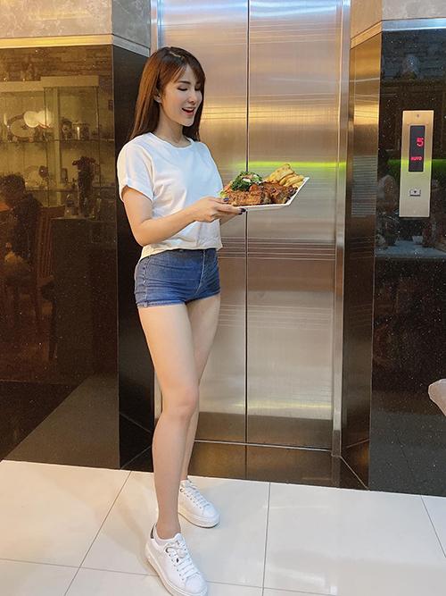 Khi không quay video khoe vũ đạo, Diệp Lâm Anh chọn trang phục giản dị với quần short jeans và áo thun năng động.