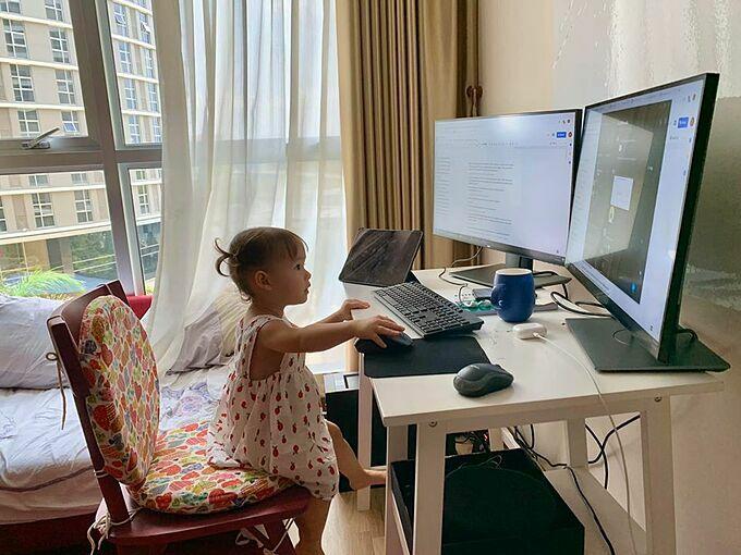 Con gái Lan Phương ra dáng người lớn khi bắt chước bố mẹ ngồi máy tính làm việc.