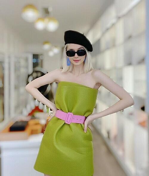 Thay vì dùng gối, Thiều Bảo Trang sành điệu khi dùng thảm yoga để biến thành váy.
