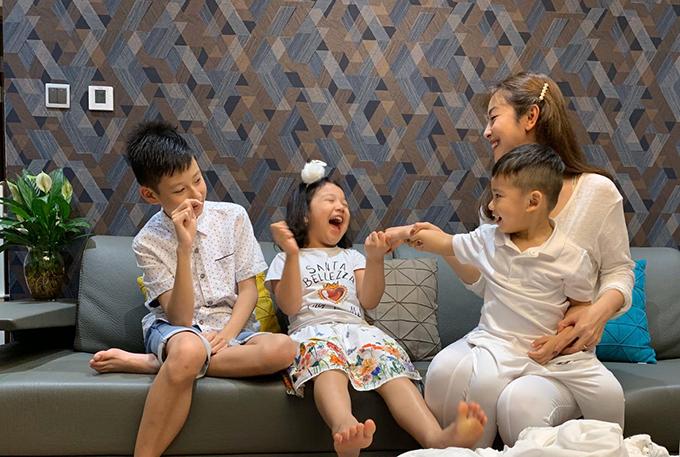 Jennifer Phạm bên ba con lớn - Bảo Nam, Na và Nu (từ trái sang). Vợ chồng Jennifer Phạm muốn sinh thêm con