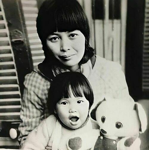 Siêu mẫu Hà Anh chia sẻ ảnh thời nhỏ và nhận xét: Cái vẻ nhí nhố củaMylalà từ mẹ nó chứ đâu.