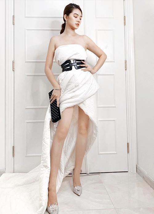 Sau khi bắt kịp trào lưu mặc gối, Jolie Nguyễn tiếp tục chọn chăn ga làm váy dạ hội để khoe dáng trong phòng ngủ.