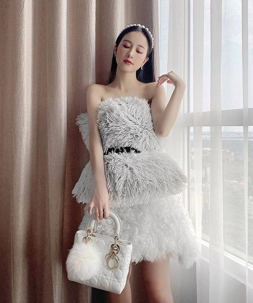 Jun Vũ chọn thêm túi Dior để tạo điểm nhấn cho bộ váy lông tự kết hợp từ đồ dùng trong nhà.