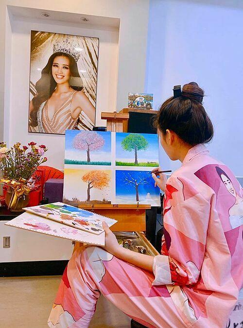 Hoa hậu Khánh Vân chia sẻ về đam mê vẽ vàsản phẩm sơn dầu trên vải bố đầu tiên của cô: Ngày trước Vân có đi học vẽ, nhưng được một thời gian lại ngưng để theo đuổi đam mê học diễn xuất. Những ngày này, để không lãng phí thời gian, Vân lại có thêm cơ hội thử làm hoạ sĩ để vẽ tiếp những ước mơ, những bình yên trong tâm hồn mình.Hôm nay Vân vẽ theo một bức tranh mà mình thích, bên cạnh thì có Papa truyền cảm hứng và hướng dẫn cho Vân vẽ như thế nào để bức tranh thêm phần sống động. Đây là sản phẩm sơn dầu trên vải bố đầu tiên của Vân và Vân dành hẳn nửa buổi để vẽ được bức tranh này. Hôm nay mình thật sự rất vui và cảm thấy rất thú vị. Dù vẫn chưa thật sự đẹp nhưng đây là tất cả những gì mình cố gắng cũng như đã đặt rất nhiều tình cảm vào.