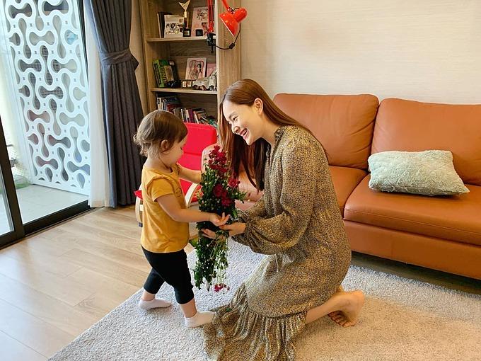 Chồng Tâynhờ con gái tặng hoa cho Lan Phương vì lỡ làm cô giận.