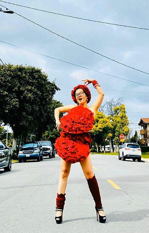 Thúy Nga diện váy gối tạo dáng trên xa lộ ở Mỹ.