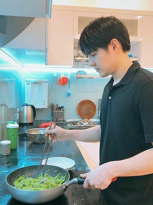 Ông Cao Thắng vào bếp nấu ăn được mẹ vợ khen nức nở với món đầu tay.