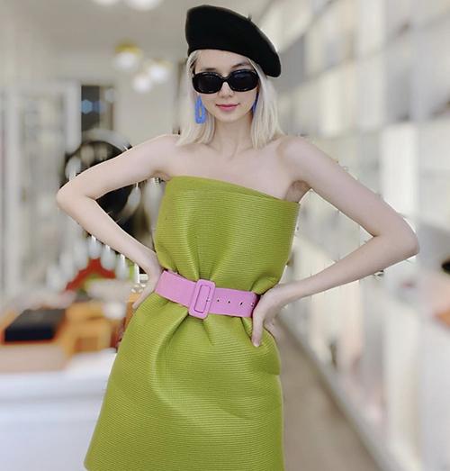 Theo trend mặc gối khá trễ vì thế Thiều Bảo Trang thể hiện sự mới lạ khi chọn thảm yoga làm váy quây khoe vai trần.
