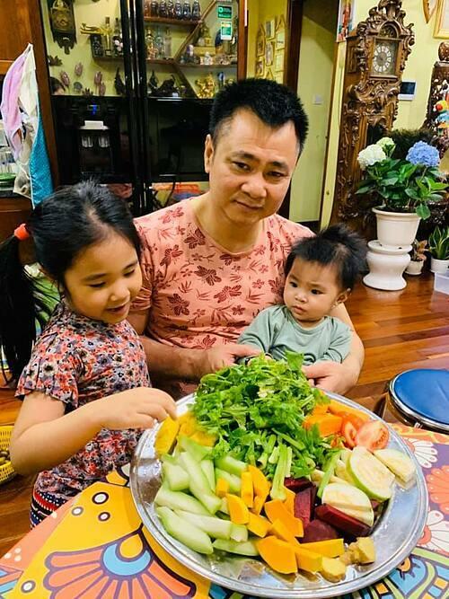 Diễn viên hài Tự Long và hai con chuẩn bị thức uống tốt cho cơ thể.