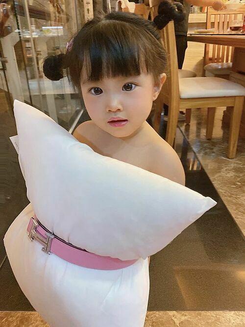 Diệp Lâm Anh cũng cho con gái Boorin bắt trend váy gối.