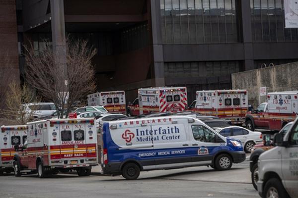 Xe cấp cứu đậu đông nghẹt trước cửa bệnh bệnhWoodhull, nơi từ chối điều trị cho ôngArellano. Ảnh: NYT.