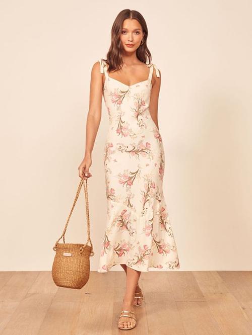 Váy hai dây của dòng thời trang dạo phố được chăm chút về kiểu dáng để mang tới nét thanh lịch và gợi cảm cho phái đẹp.
