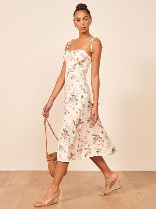 Trên dáng cơ bản của đầm hai dây dáng dài, các nhà mốt mang tới nhiều mẫu váy thắt nơ điệu đà.