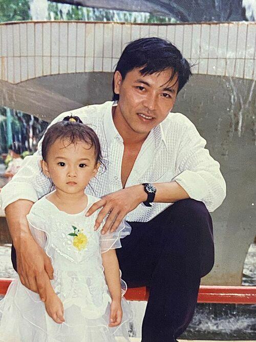 Angela Phương Trinh đăng ảnh thời nhỏ chụp cùng bố.