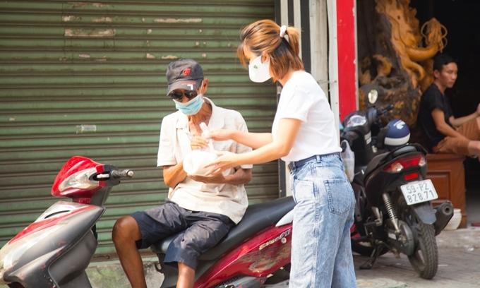 Kim Tuyến tự tay mang gạo tặng cho người dân trên đường phố. Trong buổi quyên tặng gạo từ thiện, có lúc nữ diễn viên đã không cầm được nước mắt khi lắng nghe hoàn cảnh của một cụ già đi bộ gần 5 km để nhận gạo nuôi con cháu.