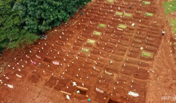 Một nghĩa trang chôn cất nạn nhân Covid-19 ở Jakarta. Ảnh: AFP.