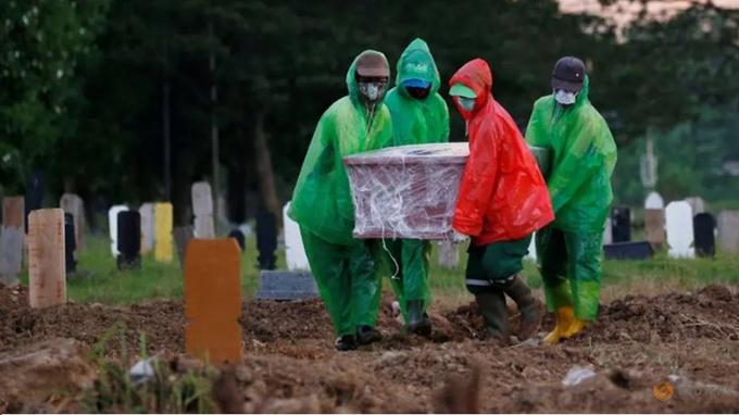 Một thi thể bệnh nhân Covid-19 được khiêng đến nghĩa trang để tiến hành chôn cất ở Jakarta hôm 31/3. Ảnh: Reuters.