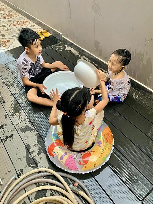 Ba con nhà Ốc Thanh Vân đùa nghịch, em út bị chị cho ăn nguyên thau nước.