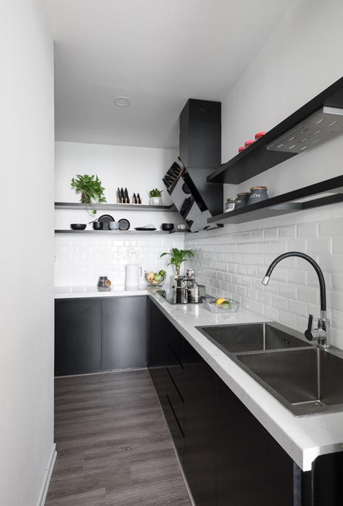 Tủ phía trên bếp thay bằng các đợt ngang do gia chủ lưu trữ ít đồ đạc, không cầu kỳ trong chuyện bếp núc.