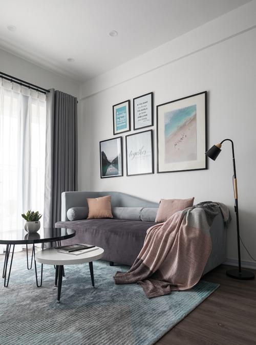 Là những người trẻ, có phong cách sống hiện đại nên cặp vợ chồng đã chọn tông chủ đạo cho nhà là đen, xám, trắng, dùng màu hồng nhạt làm điểm nhấn, sử dụng nội thất đơn giản, ít chi tiết.Sofa ở phòng khách có kiểu dáng lạ mắt, không phổ thông trên thị trường.