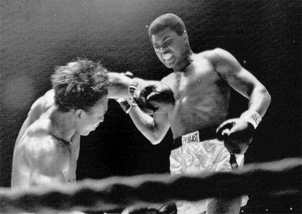Bức ảnh số 4 chụp khoảnh khắc Ali chiếm ưu thế trước Cleveland Williams năm 1966.
