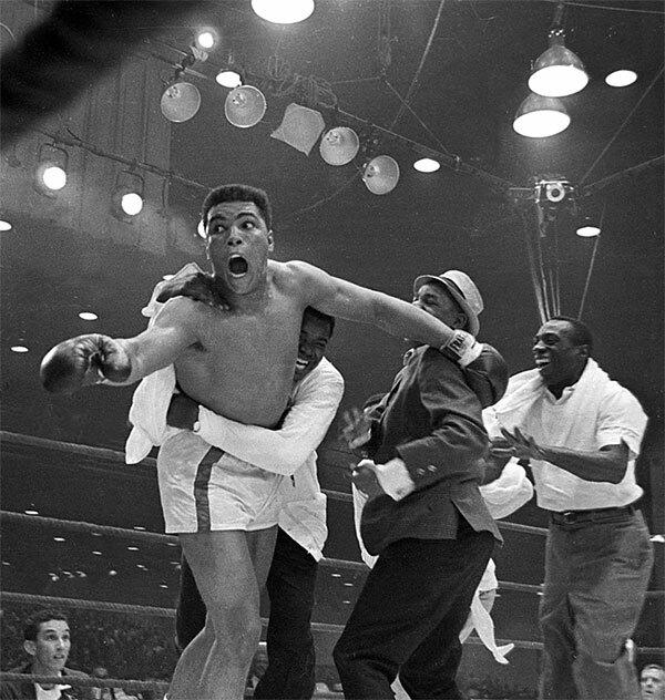 Ali, khi đó là Cassius Clay, được thông báo đăng quang ngôi vô địch thế giới năm 1964. (ảnh 7).