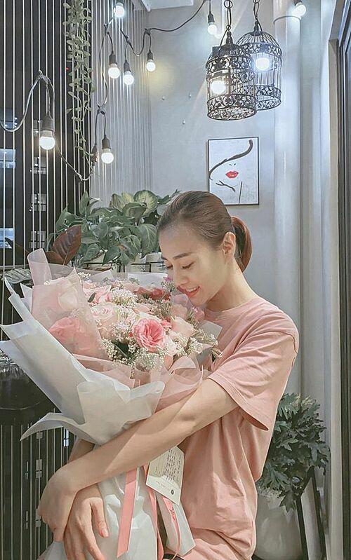 Diễn viên Phương Oanh hạnh phúc khi được bạn trai tặng hoa.
