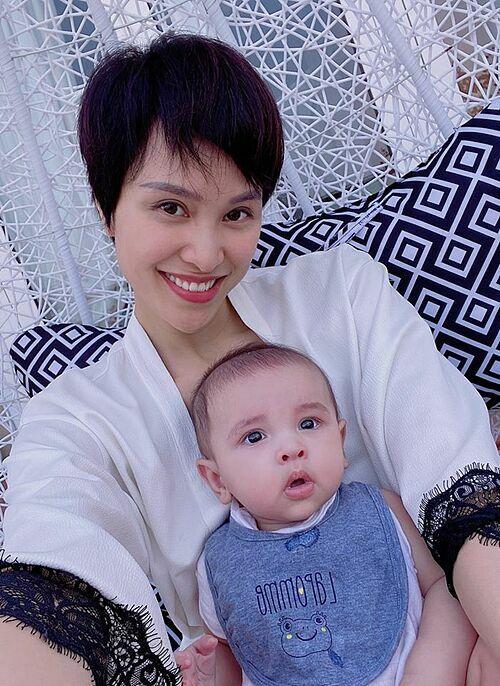 MC Phương Mai cho rằng mới dừng cách ly xã hội chứ chưa hết dịch. Vì vậy cô vẫn sẽ lựa chọn ở nhà cùng con trai.
