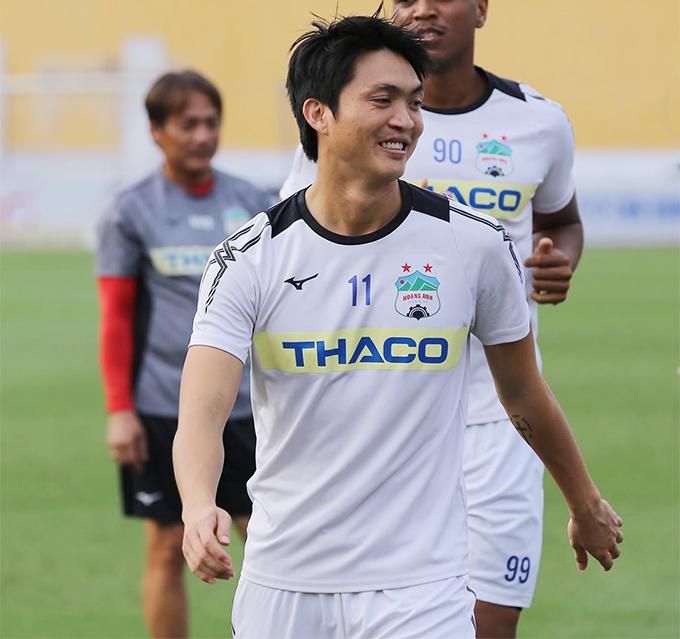 Nét mặt của Tuấn Anh hiện nay về cơ bản vẫn rất giống với hồi bé. Cầu thủ người Thái Bình đang được HLV Park Hang-seo rất tin dùng ở trung tâm hàng tiền vệ của tuyển Việt Nam. Thời chưa dậy thì của các 'hot boy' bóng đá Việt