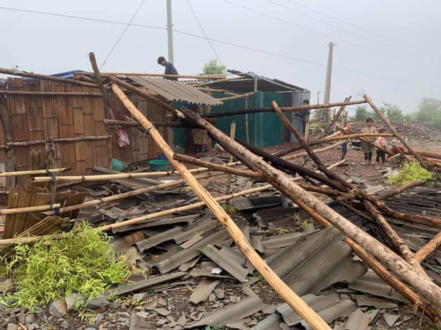 Hàng chục ngôi nhà ở xã Nà Bủng, huyện Nậm Pồ (Điện Biên) tan hoang do mưa lốc.Ảnh: Văn Thành Chương.