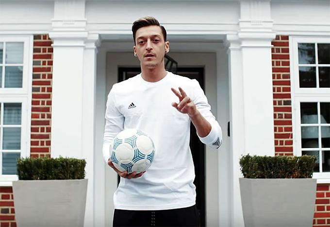 Mesut Ozil mới đây đích thân giới thiệu về ngôi biệt thự trị giá 10 triệu bảng của Anh ở Hampstead, London. Tiền vệ 31 tuổi chuyển tới Arsenal từ Real với bản hợp đồng trị giá 42,5 triệu bảng hồi năm 2013 nhưng tới năm 2016 anh mới mua biệt thự này.