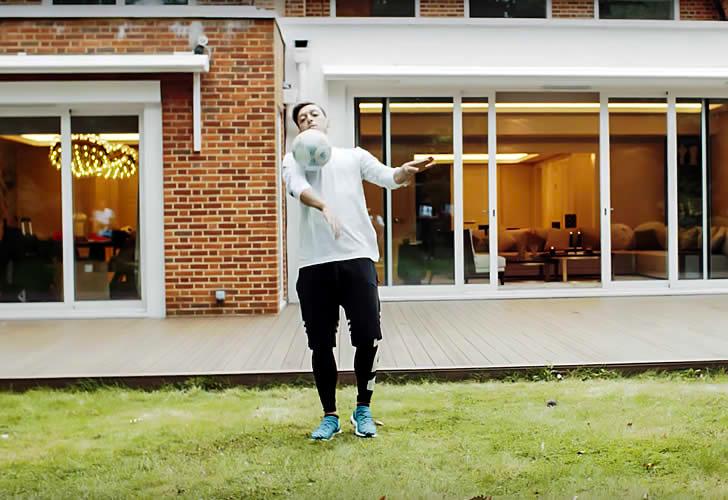 Ozil chơi tâng bóng trong vườn. Đây là nơi anh có thể tập đá bóng khi ở nhà.