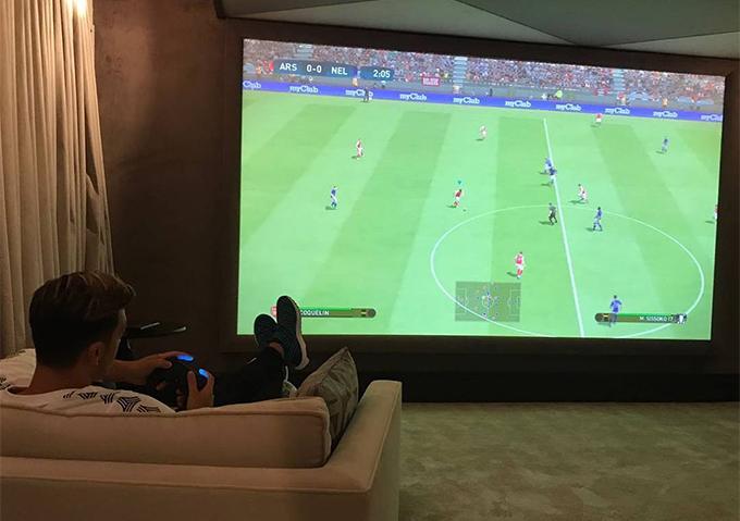 Biệt thự có phòng chiếu phim kiêm chơi game để tiền vệ gốc Thổ Nhĩ Kỳ giải trí.