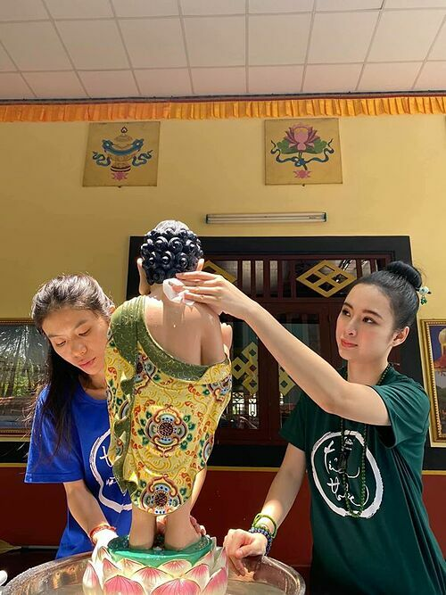 Angela Phương Trinh chăm làm các công việc tại chùa.