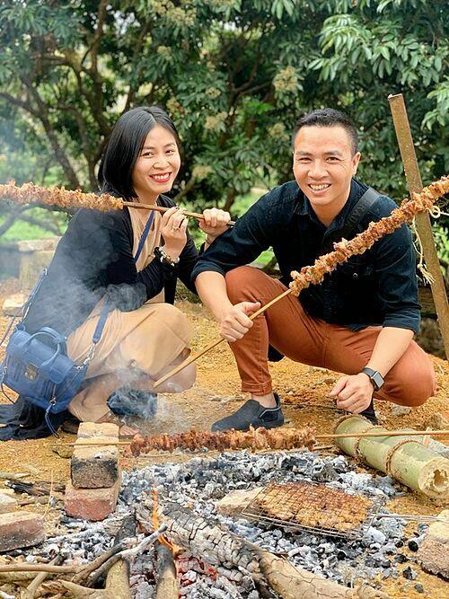 MC Hoàng Linh và chồng được đãi những xiên thịt nướng khủng khi về quê.
