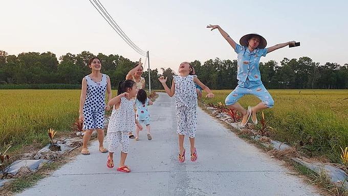 Diễn viên Ngô Thanh Vân (đội nón) chia sẻ hình ảnh vui nhộn của mình mừng học sinh sắp được đi học lại.