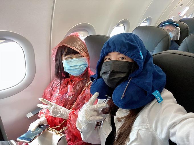 Thủy Anh và mẹ trên chuyến bay từ Singapore về Việt Nam.