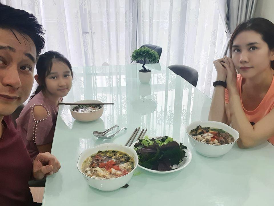 Minh Tiệp nấu bún ốc sườn mừng sinh nhật vợ hôm 22/4.