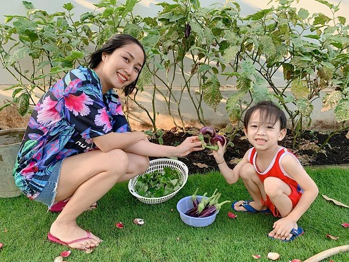 Ốc Thanh Vân cùng con trai thu hoạch rau quả sạch trong vườn nhà.
