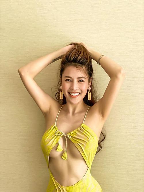 Quế Vân khoe vóc dáng gợi cảm với bikini.