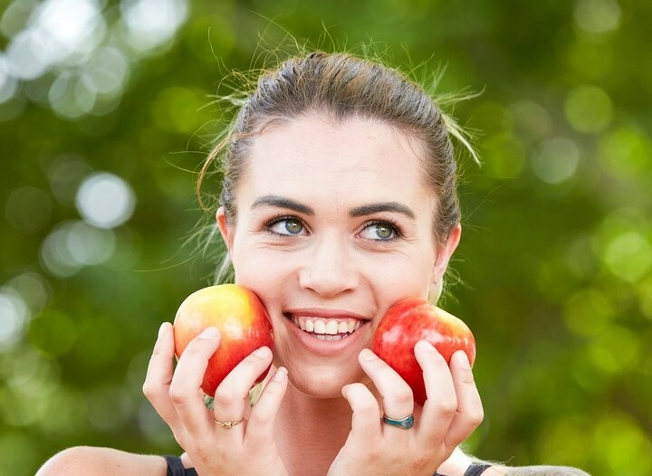 Táo nhiều chất xơ, vitamin A và nước. Do đó, ăn táo cảm giác no bụng và kiểm soát sự thèm ăn.