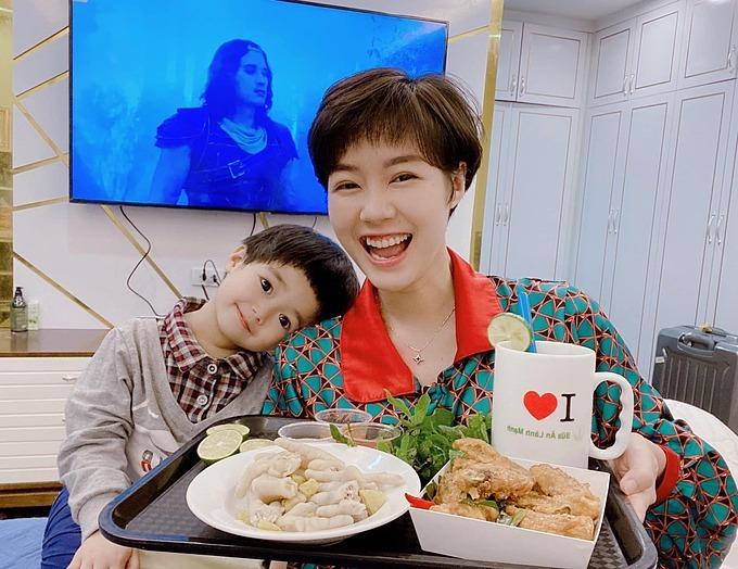 Diễn viên Hoàng Kim Ngọc và con gái nhâm nhi ăn vặt buổi tối.
