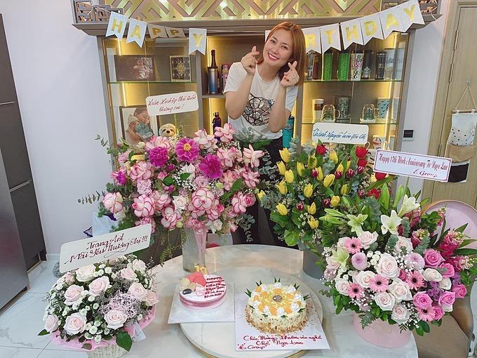 Ngọc Lan được nhiều bạn bè, khán giả tặng hoa và bánh kem dịp sinh nhật 17 năm làm nghề. Nữ diễn viên gửi lời cảm ơn: 17 năm, ấm áp vô cùng. Cám ơn hoa và bánh của mọi người.Cám ơn tất cả khán giả trong suốt 17 năm qua đã luôn bên Lan và ủng hộ Lan từ phim lẫn đời nhé.