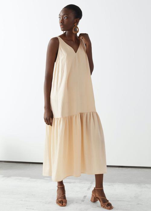 Đầm hạ eo thiết kế trên chất liệu linen cũng là lựa chọn phù hợp khi đi di lịch vào mùa nắng.