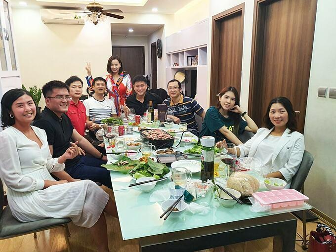 Hoa hậu Ngọc Hân và bạn trai tụ tập ăn uống cùng vợ chồng diễn viên Minh Tiệp và những người bạn.
